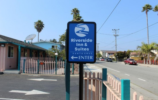 Welcome To Riverside Inn & Suites - Property Entrance